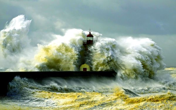 fond ecranLighthouse-storm-sea-coast-waves 2560x1600