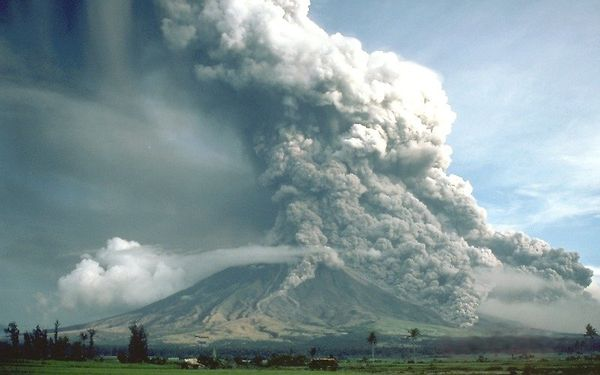 Pyroclastic_flows_at_Mayon_Volcano.jpg