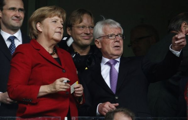 sem12sepe-Z11-Merkel-foot-ball.jpg