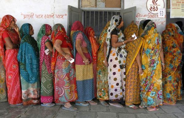 sem12decd-Z9-Attente-femmes-pour-voter-au-Gujarat-Inde.jpg