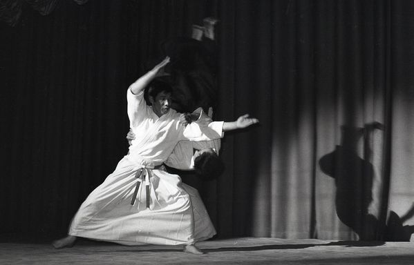 http://img.over-blog.com/600x384/0/38/57/25/AIKIDO/NORO-MASAMICHI/1970-demonstration-au-Marcadet-Palace.jpg