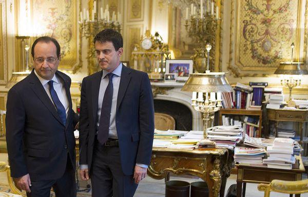 Francois-Hollande-et-Manuel-Valls-un-geste-pour-les-bas-sal.jpg