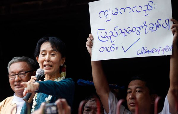 Aung-San-Suu-Kyi-discussion-junte.jpg