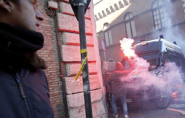 sem100-Z39-Manifestations-contre-Berlusconi-a-Rome.jpg