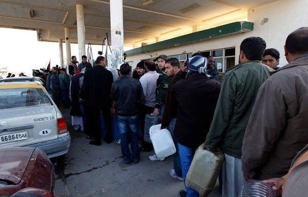 sem11mh-Z28-Attente-a-la-station-essence-libye.jpg