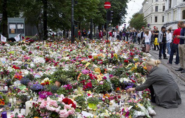 sem11jlg-Z29-receuillement-Oslo-massacre.jpg
