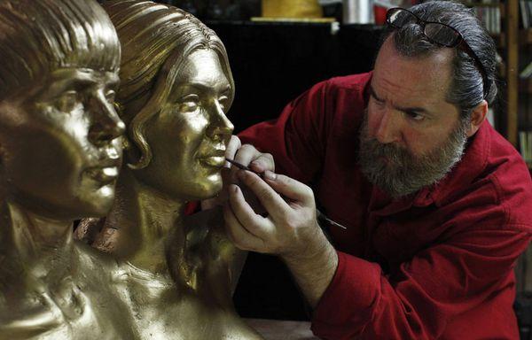 sem11auf-Z1-sculpture-Justin-Bieber-et-Selena-Gomez.jpg