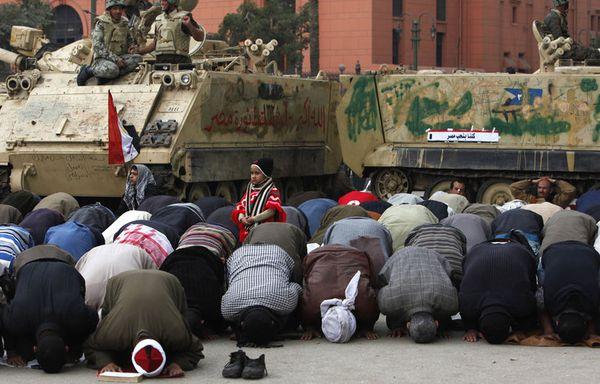 sem11fb-Z27-Prieres-place-Tahrir.jpg