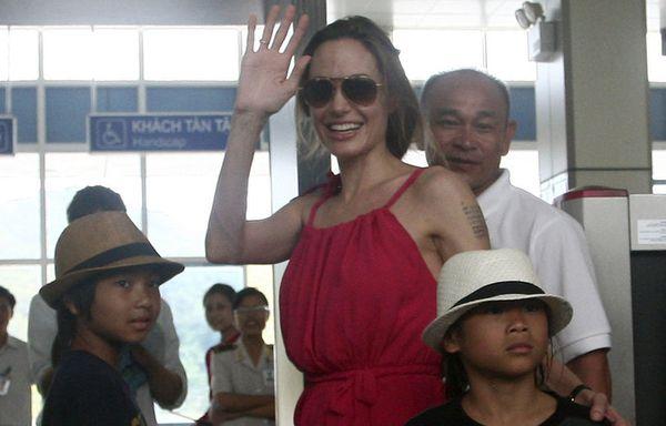 sem11nove-Z4-Angelina-Jolie-et-ses-fils-Maddox-et-Pax-Thien.jpg