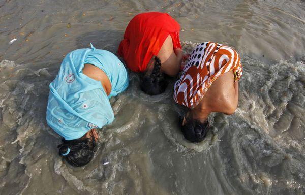sem12jand-Z28-Femmes-en-Inde-purification-Gange.jpg
