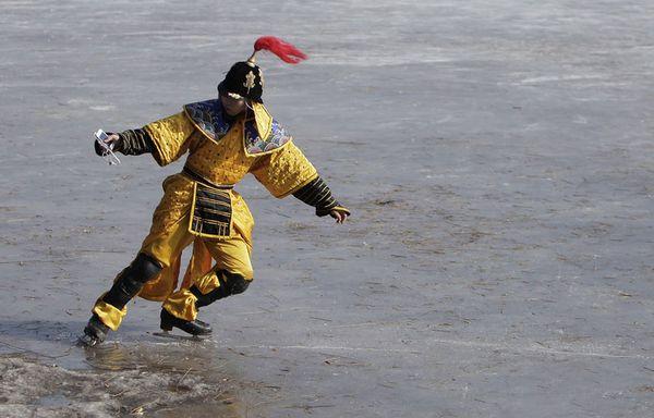 sem12janh-Z3-patineur-chinois-en-costume-d-epoque.jpg