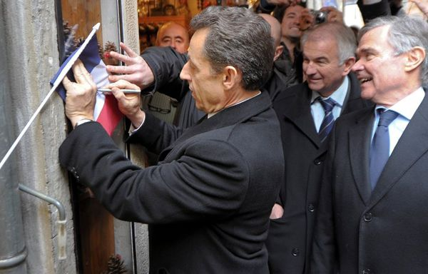 sem12feve-Z22-Nicolas-Sarkozy-signe-un-autographe-a-Annecy.jpg