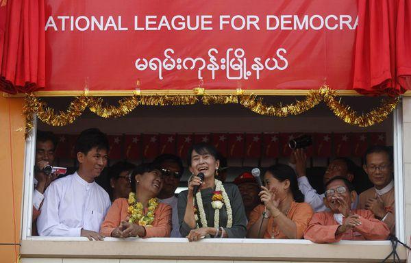 sem12feve-Z4-Birmanie-Suu-Kyi-rires.jpg