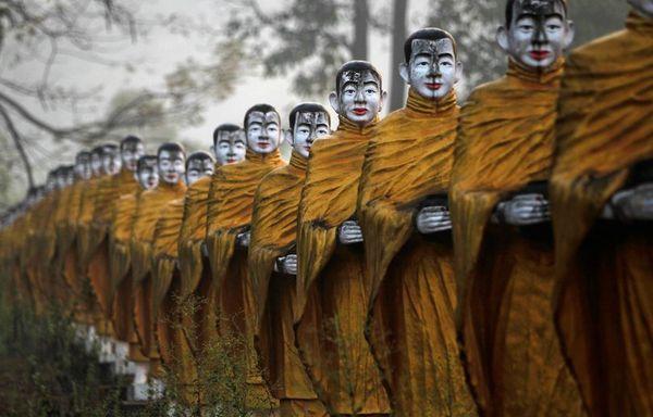 sem12fevg-Z3-Statues-moines-bouddhistes-Thailande.jpg