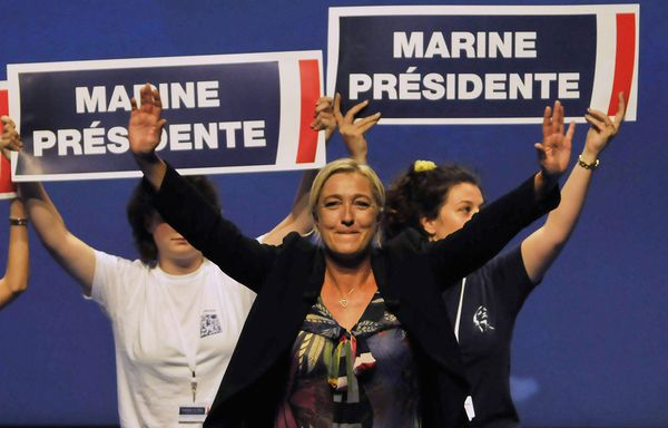 Marine-Le-Pen-a-ses-500-parainages.jpg