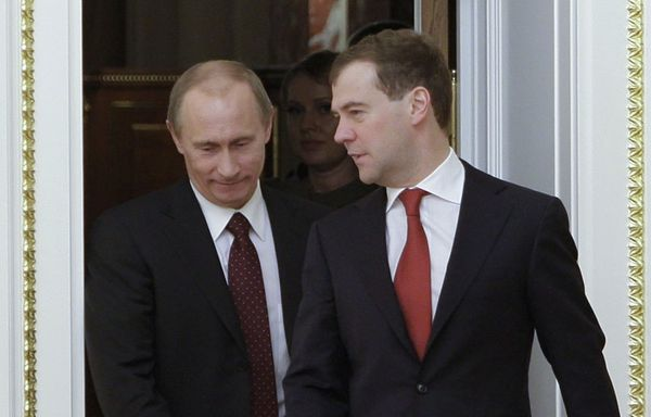 Medvedev-Poutine-chaises-musicales-a-Moscou.jpg