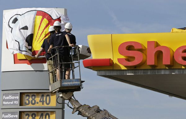 sem12maic-Z17-Intervention-Greenpeace-sur-une-station-servi.jpg