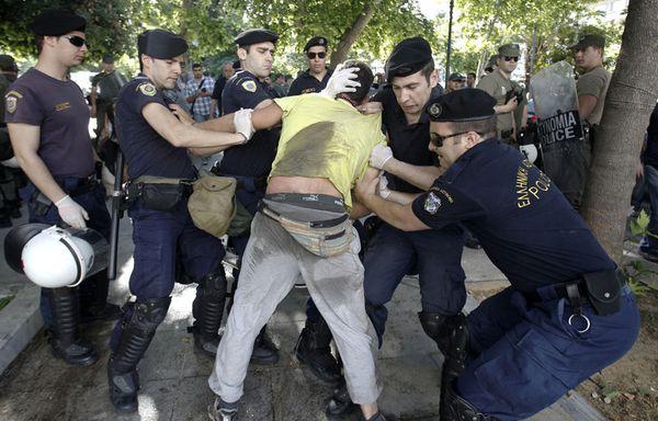 sem12maid-Z30-Manifestant-contre-l-austerite-en-Grece.jpg