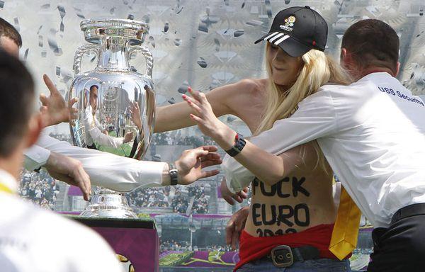 sem12maid-Z5-femme-seins-nus-Euro-2012-Kiev-Ukraine.jpg