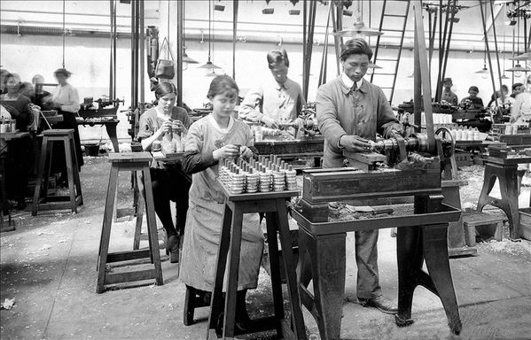 -1918--femmes-et-ouvriers-indochinois-dans-une-usine-d-arme