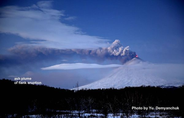 2013.10.18-Two-ash-plumes-of-Klyuchevskoy-volcano---of-volc.jpg