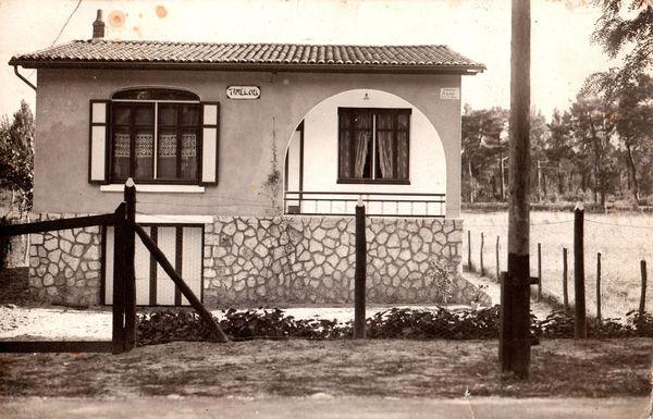 A droite de la villa, espace où sera construit le cinéma