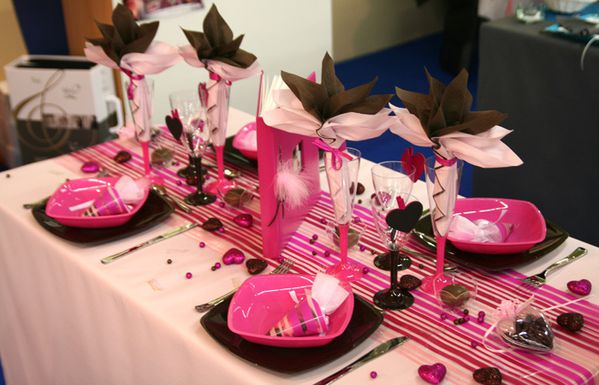 D coration de table rose chocolat fuchsia le blog d - Articles de table ...