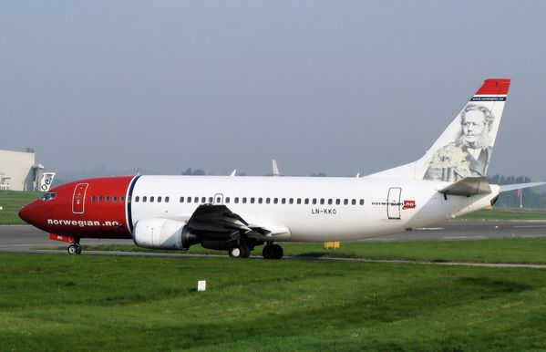 Norwegian_air_shuttle_b737-300_ln-kko_arp.jpg