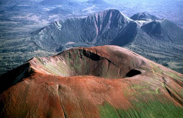 Crater-Ridge-et-unnamed-volc.---Jim-Riehle-USGS.jpg