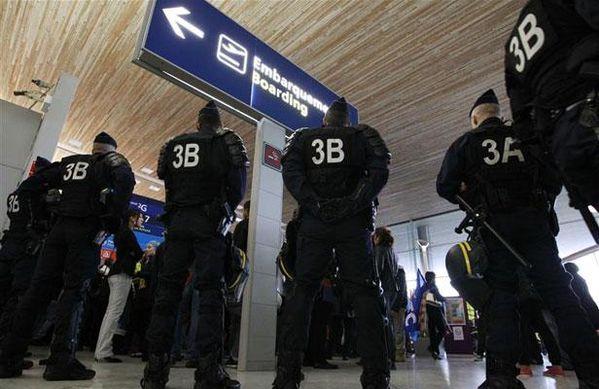 les-policiers-au-travail-dans-les-aeroports.jpg