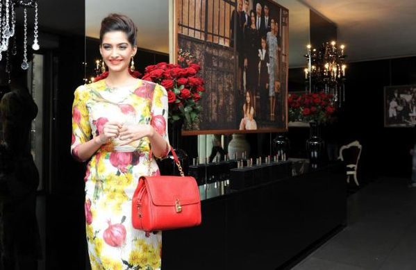Sonam-Kapoor-continue-son-fashion-voyage---dolce---copie-1.jpg