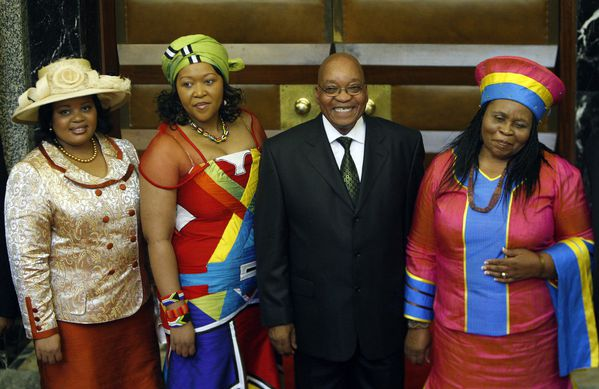 Jacob-Zuma-et-trois-de-ses-femmes.jpg
