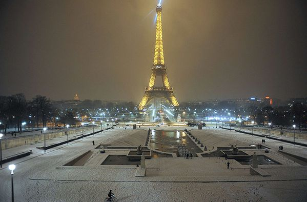 The-Eiffel-tower-after-sn-002