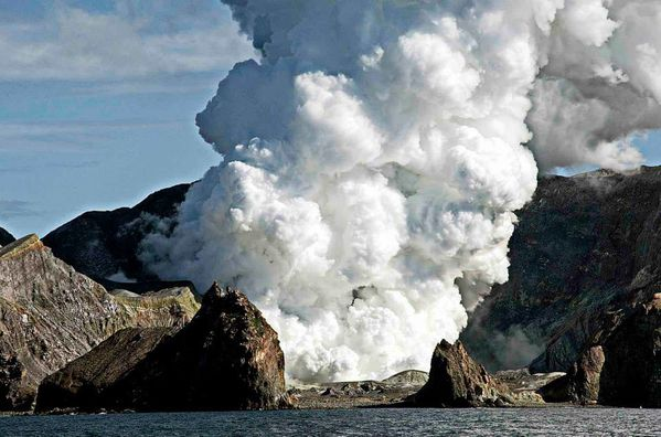 2013.08.20-WI---Steam-and-volcanic-ash-pour-from-White-Isla.jpg