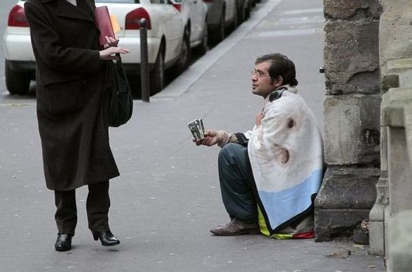 796432_un-homme-mendie-dans-la-rue-a-parie-en-novembre-2010.jpg