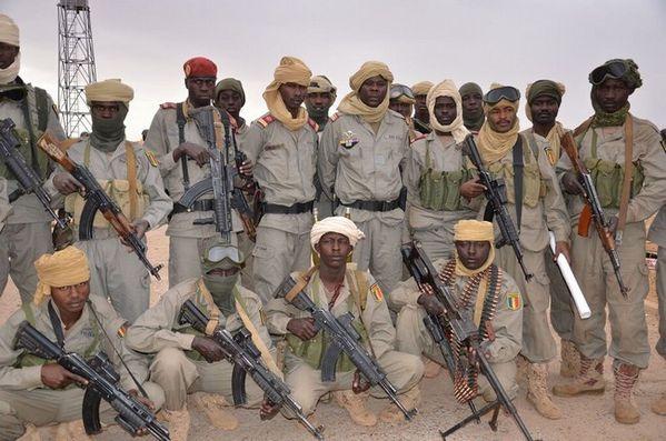 Soldats-tchadiens-avec-leur-Commandant-Abdelaziz-au-milieu-.jpg
