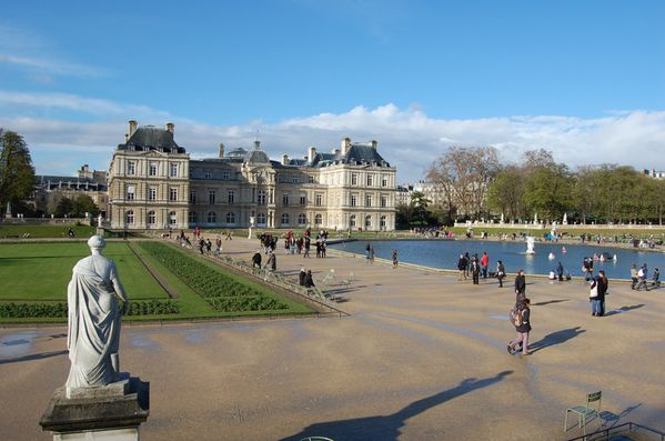 Pin paris jardin du louvre on pinterest for Chaise jardin du luxembourg