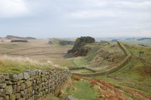 Hadrian-s_Wall_west_of_Housesteads_3.jpg