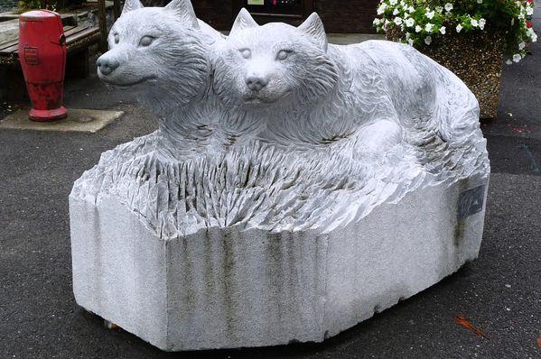 loups sculptés devant office tourisme