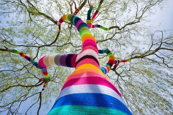 yarn-bombing-tree-guerilla-knitting-yarnstorming-graffiti-k