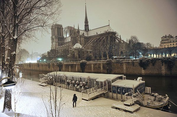 A-snow-covered-Notre-Dame-015