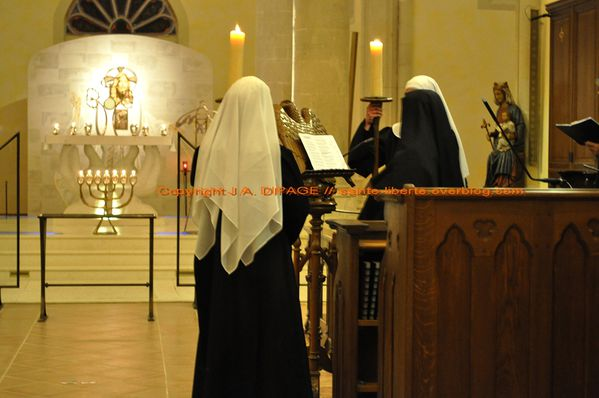 Novices-aux-cierges-Benedictines-Craon.JPG