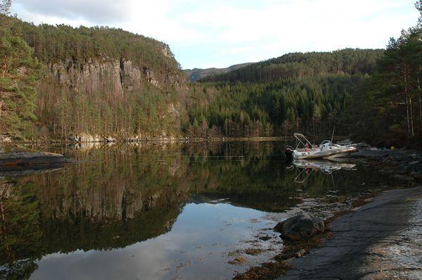 J107_zodiac nzo_ bivouac fjord_norvege