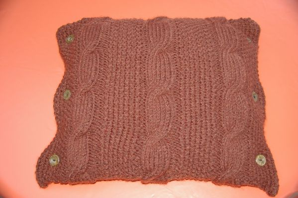 coussin au tricot irlandais marron chocolat tutoriel gratuit le blog de crochet et tricot d. Black Bedroom Furniture Sets. Home Design Ideas