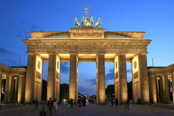 800px-Brandenburger_Tor_abends.jpg