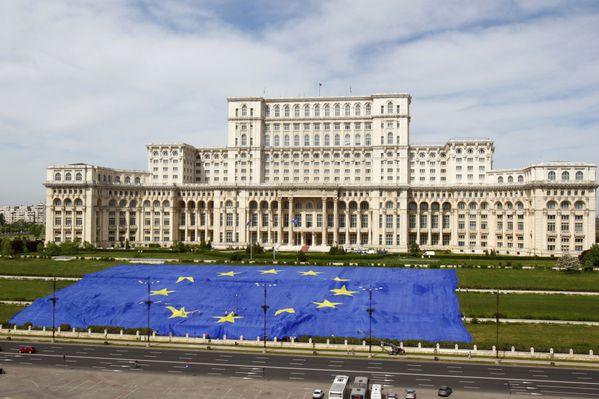 sem13maid-Z24-Un-drapeau-de-poids-Bucarest-Roumanie-Europe.jpg