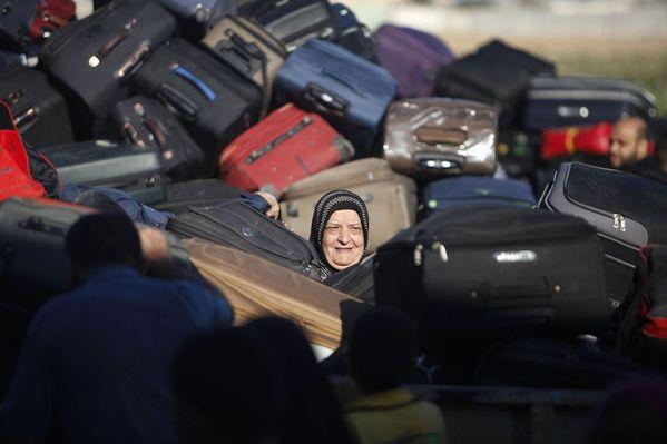 sem13sepm-Z5-Parmi-les-valises-palestinienne-Rafah-frontier.jpg
