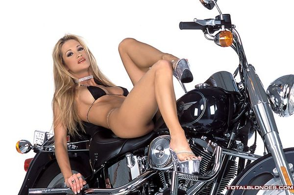 2012 girls on bikes jessica drake 002 totalblondes.com