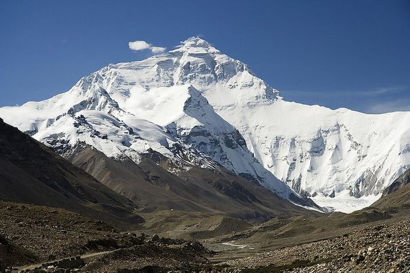 800px-Everest North Face toward Base Camp Tibet Luca Galuzz