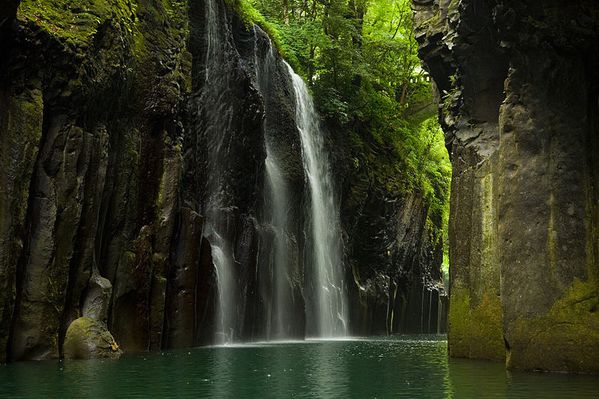 Takachiho_Gorge_by_boat---Max-Smith.jpg